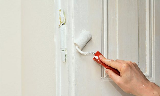 Comment peindre une porte intérieure en bois?
