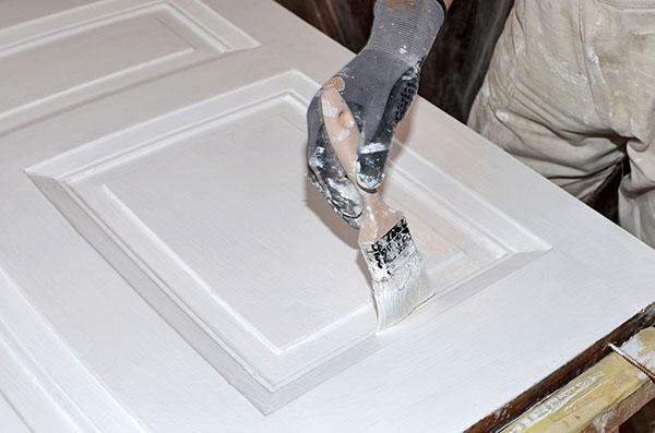 comment peindre une porte en bois