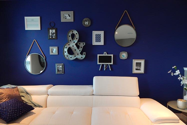 mur salon bleu roi